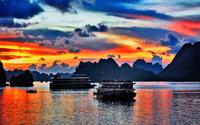 Cảnh đẹp trên Vịnh Hạ Long khi hoàng hôn buông xuống